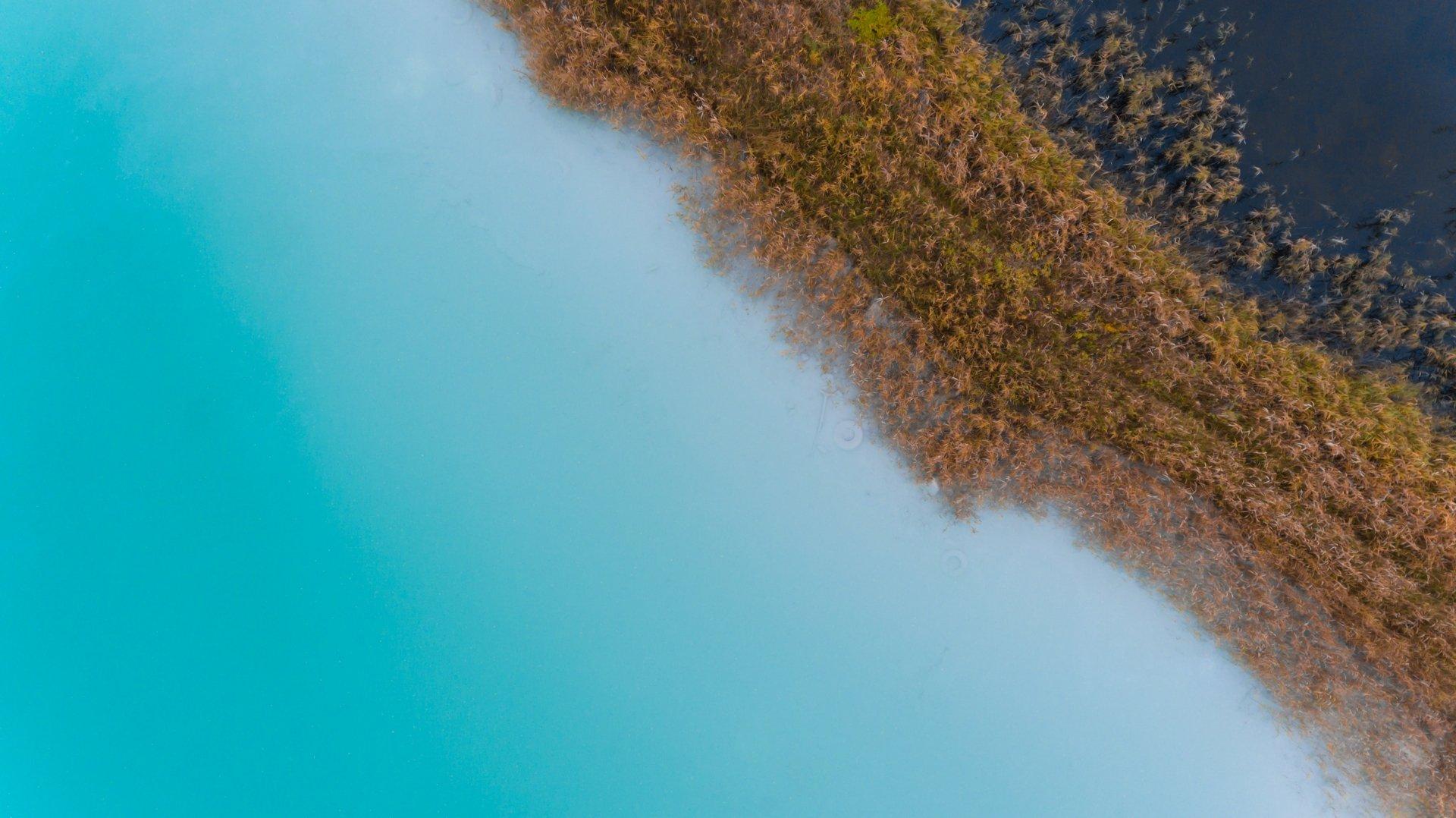 turkusowe-jezioro-widok-z-drona