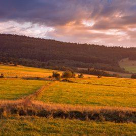 Zachód słońca łąka w górach
